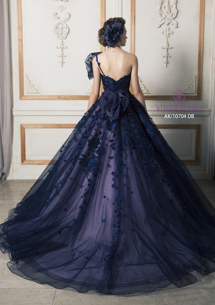 f8672304e4de9 お取り外しができるワンショルダーに高さをだしたお花とリボンがあしらわれており、よりお顔回りに華やかさもアップするドレスです。